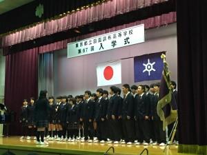 昨年度の合唱祭で最優秀賞を取った生徒たちによる校歌紹介。 アカペラの4部合唱が美しく見事でした。