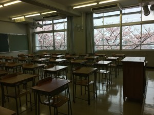 新入生たちが学ぶ3階の教室の窓からは、新たな一歩を踏み出した彼らを祝福するように鮮やかな桜の花が見えていました。